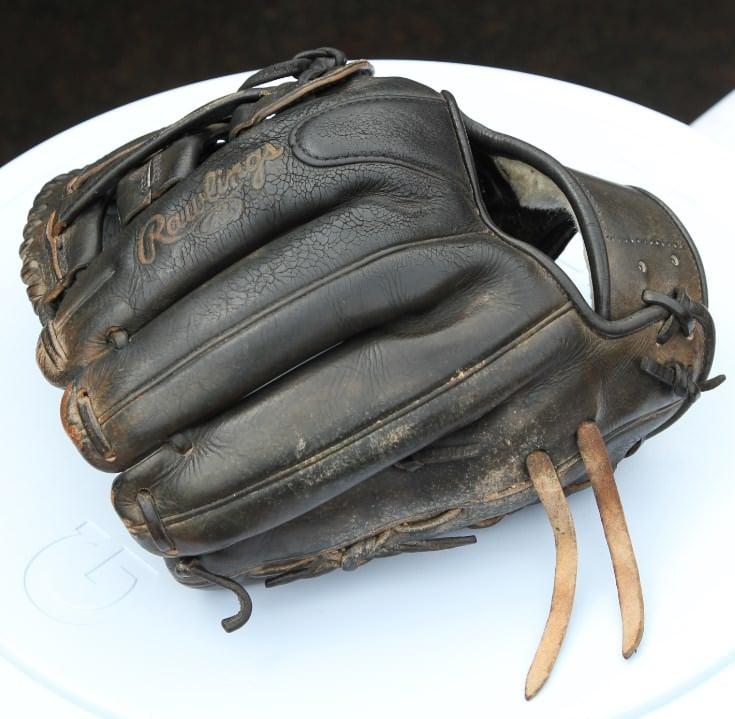 jed-lowrie-rawlings-glove