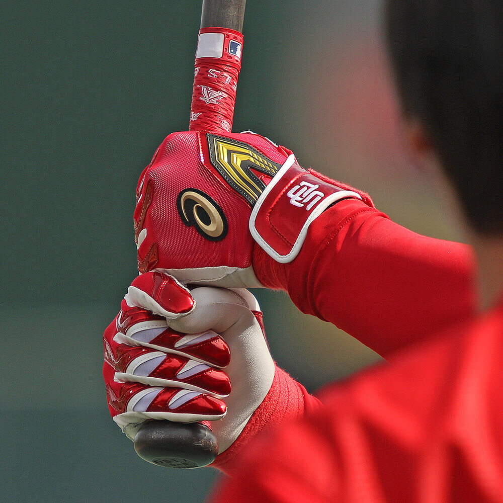 What Pros Wear Shohei Ohtani's Asics Batting Gloves Bryce Harper Outfield